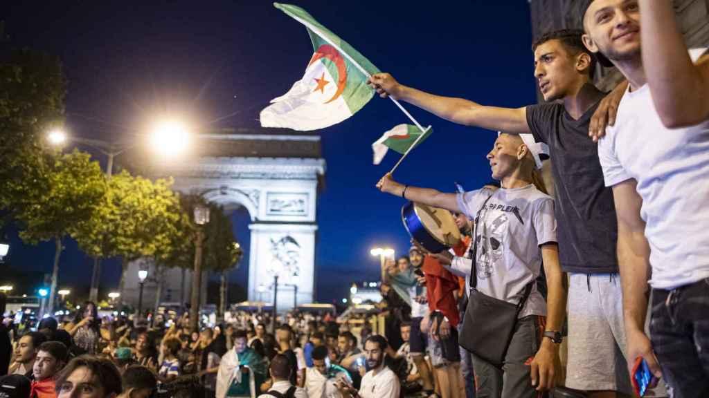 Celebración de aficionados argelinos en las calles de Francia.