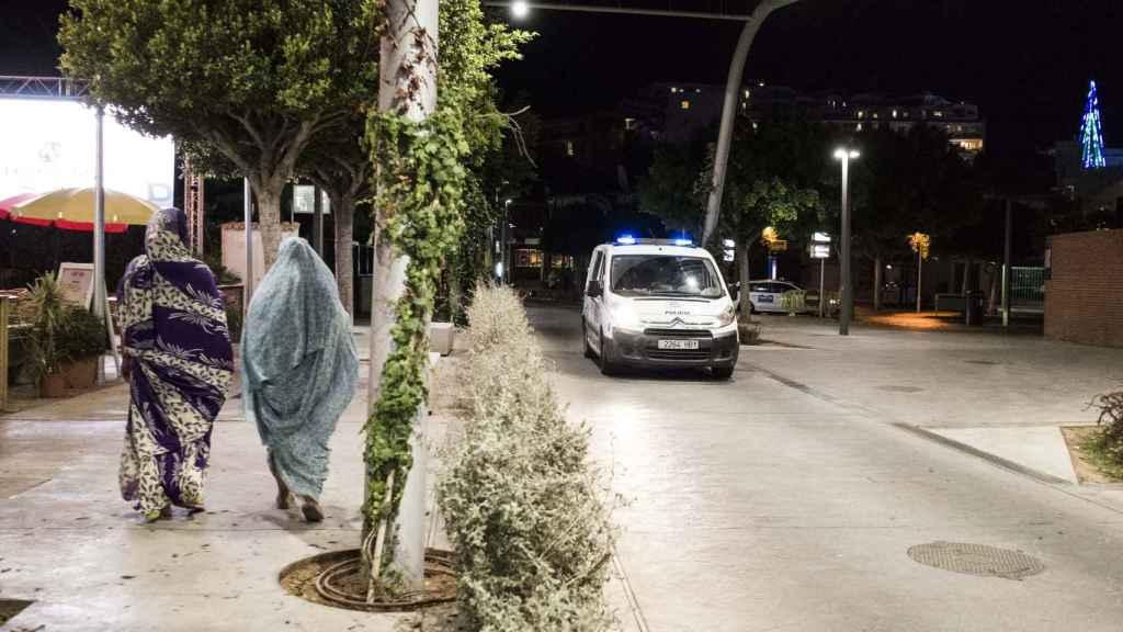 Dos mujeres totalmente tapadas en una calle en Magaluf representando el contraste con la lujuria que caracteriza a la localidad mallorquina