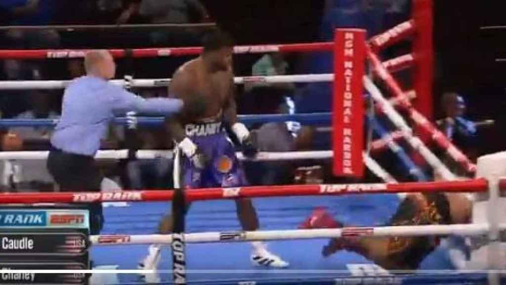 KO de Cassius Chaney que envía a Joel Caudle fuera del ring