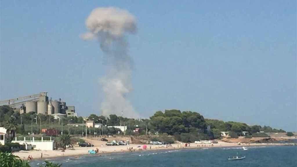Columna de humo que se veía en la playa tras la explosión de las bombonas