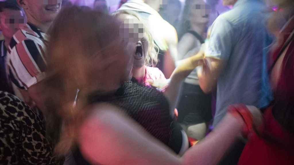 Dos chicas divirtiéndose en el interior de una discoteca en Punta Ballena