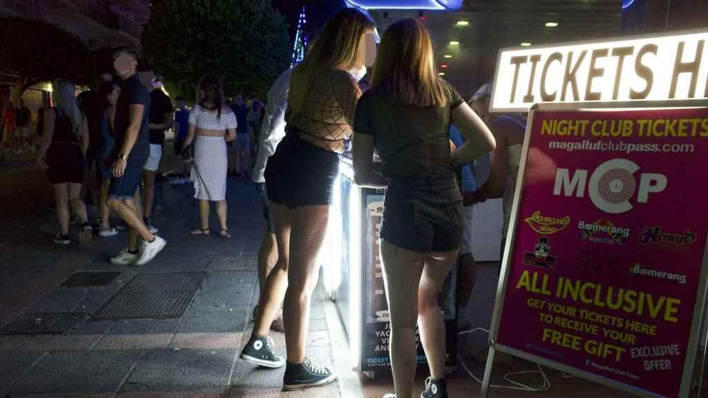Dos jóvenes en la entrada de una discoteca. La entrada suele rondar los seis euros e incluye dos copas, un cocktail y un chipito