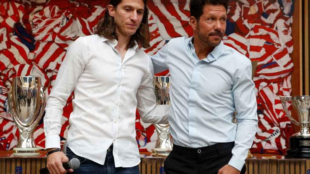 Filipe Luis posa con Simeone en su despedida como rojiblanco