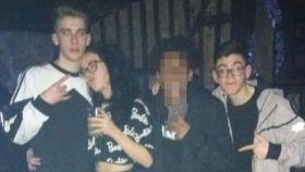 Tres de las cuatro víctimas: Roberto, Raquel, y Ocho, junto a otro amigo del grupo.