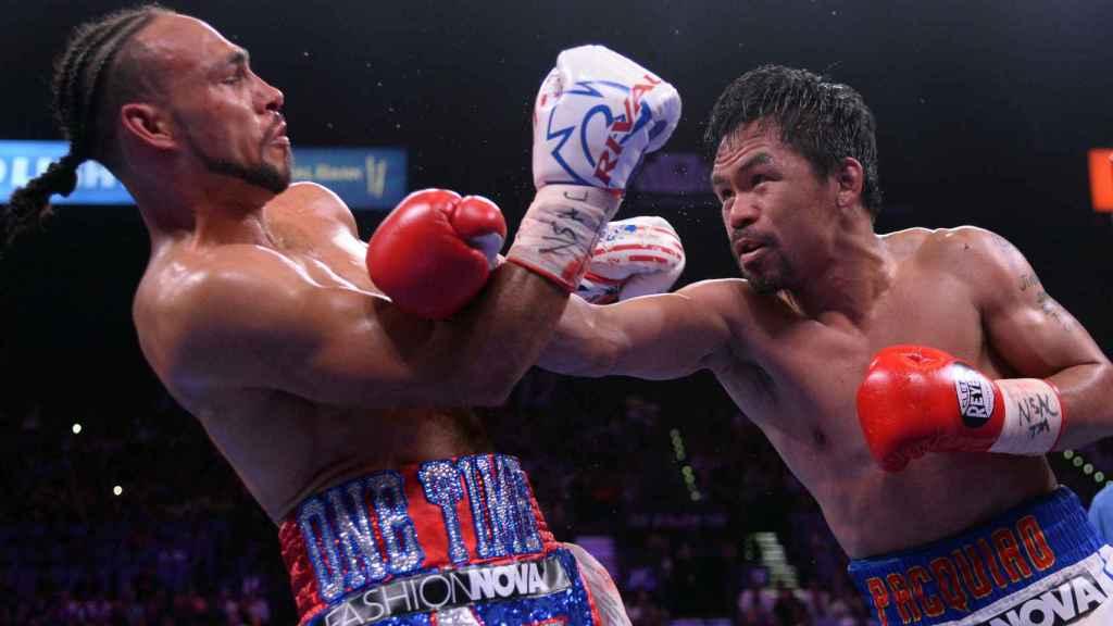 Manny Pacquiao lanzando un golpe a Thurman durante el combate