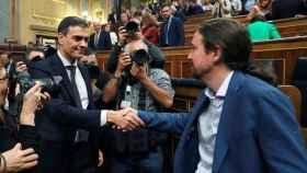 Pablo Iglesias saluda a Sánchez tras la moción de censura.