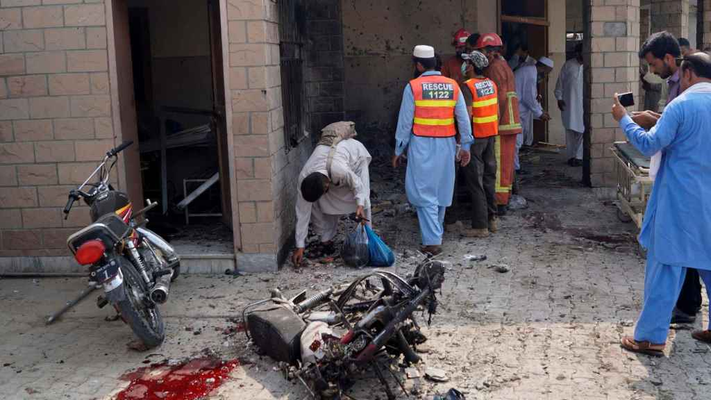 Un charco de sangre ante las puertas del hospital de de Dera Ismail Khan (Pakistán) tras el atentado suicida.