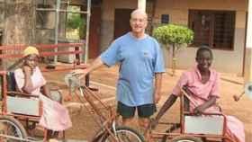 Trevor Robinson, misionero británico de los Padres Blancos en Ghana, y sus triciclos.