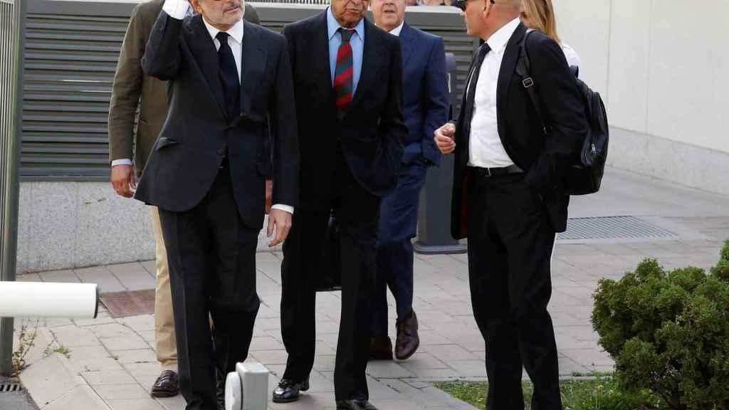 Jaime Botín (en el centro) junto a su abogado, a la entrada a los Juzgados de lo Penal de Madrid.
