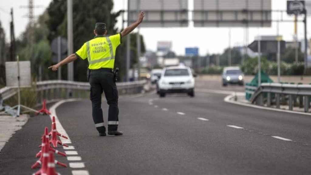 Un  agente de tráfico, en un control de alcoholemia.