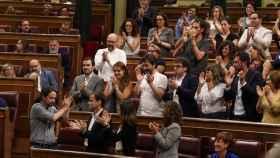 Pablo Iglesias aplaudido por su grupo en el Congreso.