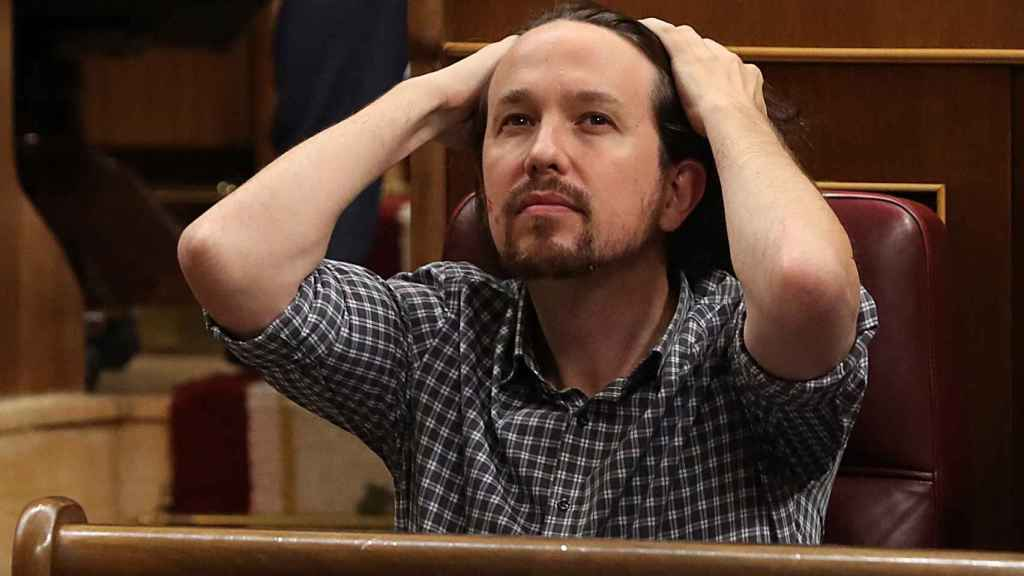 Pablo Iglesias gesticula durante su rifirrafe con Pedro Sánchez en la se sión de investidura.