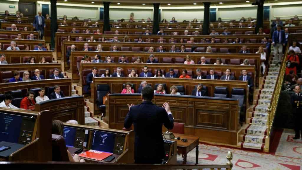 Pedro Sánchez se dirige a Pablo Iglesias durante su sesión de investidura en el Congreso.