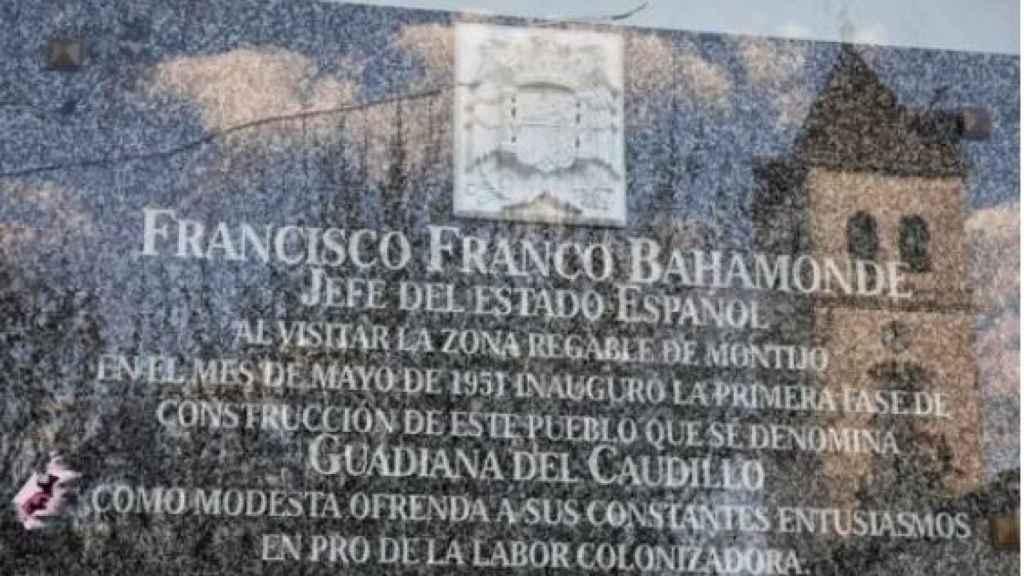 Placa conmemorativa de la creación de Guadiana del Caudillo./