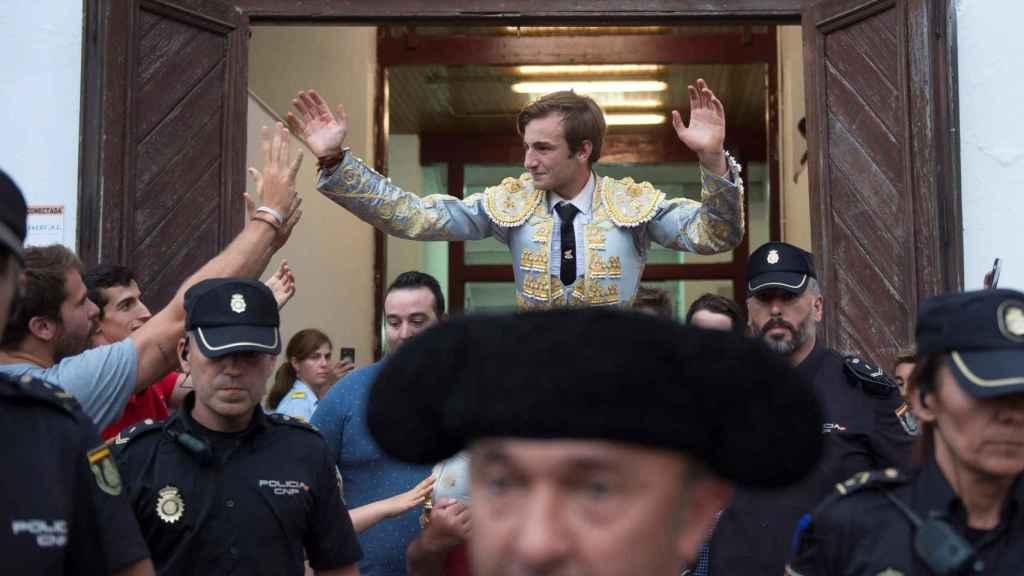 El novillero Molina, a hombros en Santander