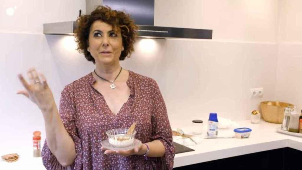Irma Soriano, en su cocina presentando el postre.