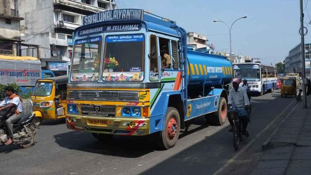 Un camión indio transportando agua.