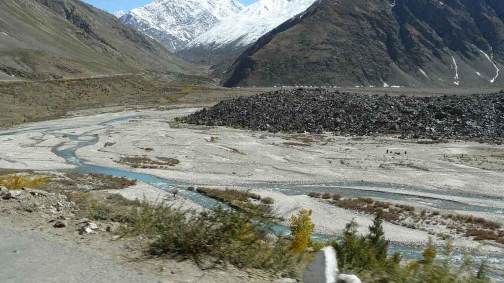 Río indio en el Himalaya, casi seco.