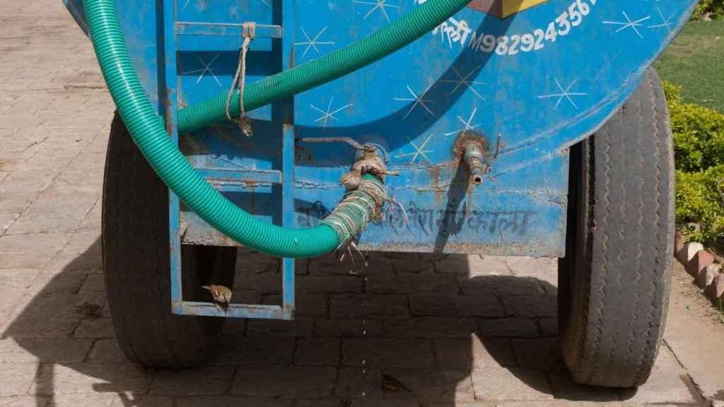 Las camiones de agua venden su contenido al mejor postor.