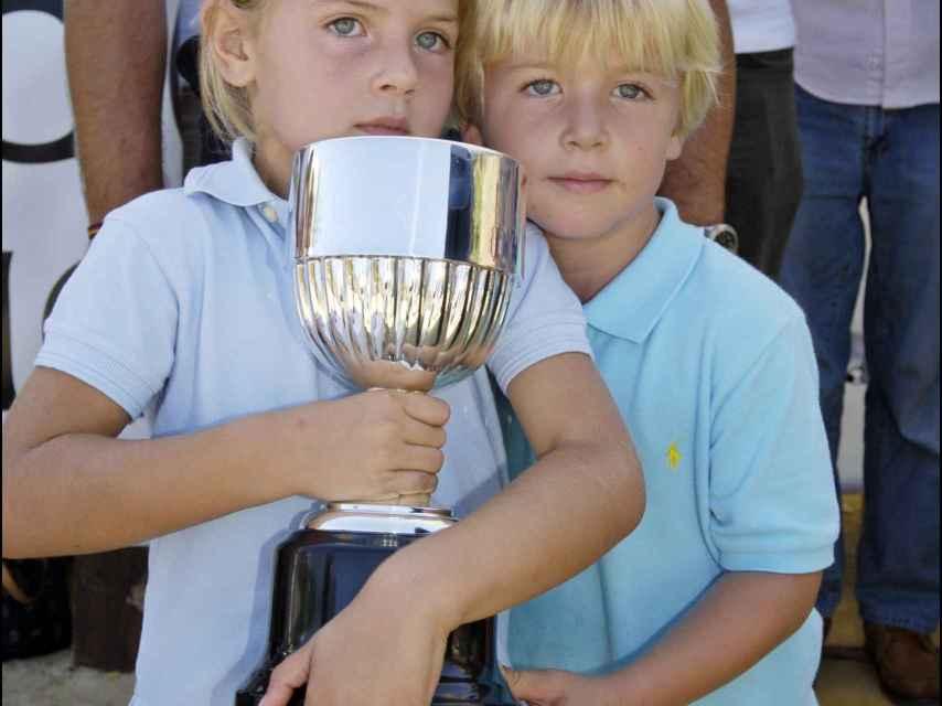 Amina y Luis Martínez de Irujo durante durante el campeonato de hípica de España en 2006, con cinco años.