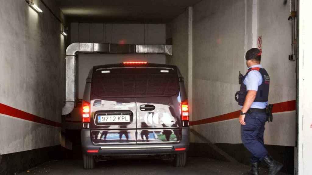 El coche de la funeraria entrando en el edificio a recoger el cuerpo de Eva Abad