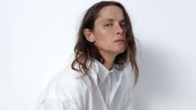 Camisa blanca de manga larga de Zara.