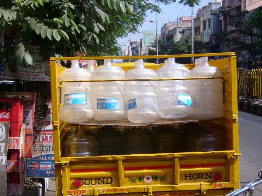 Bidones de agua en un camión indio.