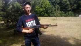 Edgaras, uno de los supuestos cabecillas de la red de tráfico de marihuana, posando con una AK-47.