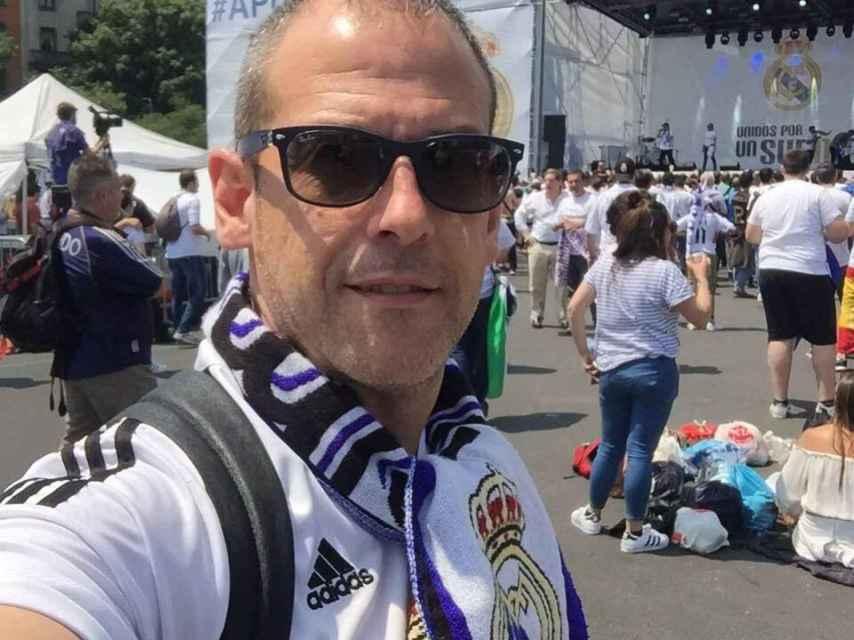 Alfredo, con una bufanda del Real Madrid.