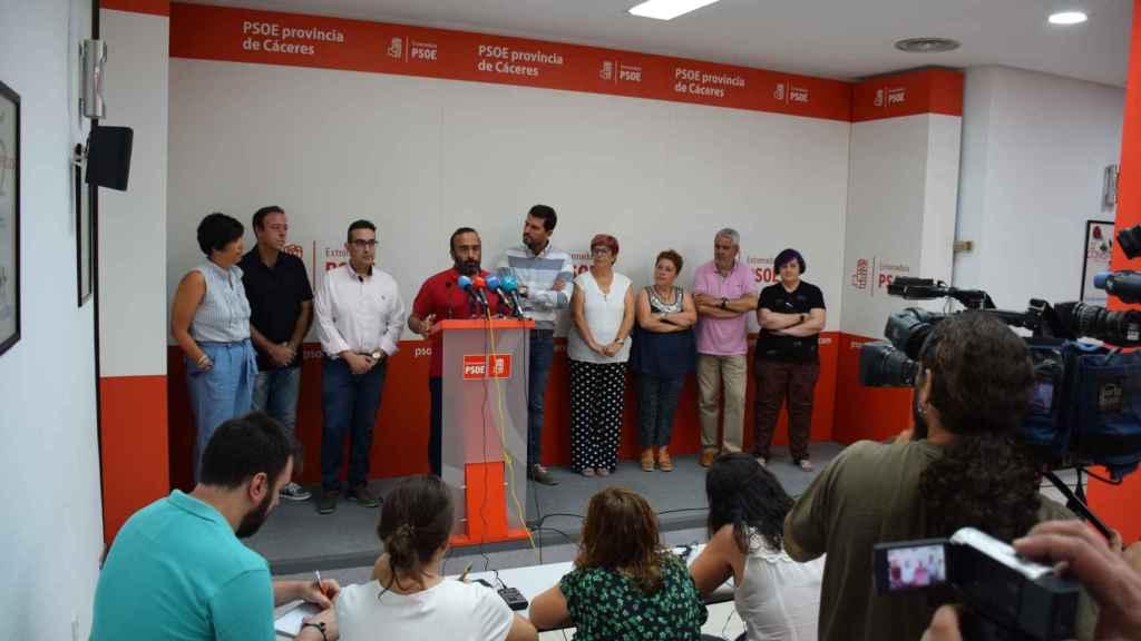 El PSOE de Malpartida, durante la rueda de prensa.