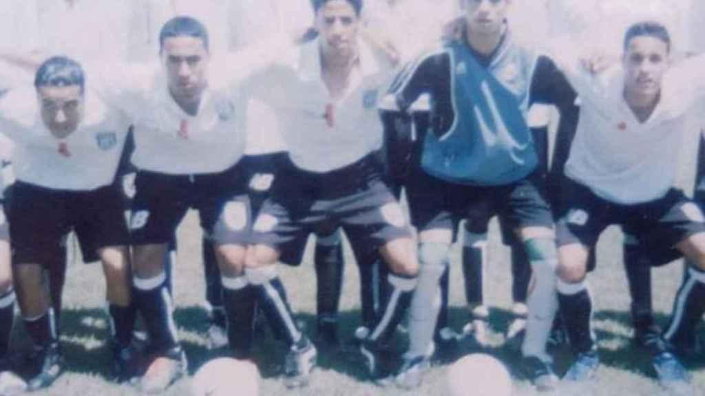 Hicham intentó dedicarse al fútbol profesional en su país. De más joven jugaba en el Wydad Athletic de Fez. En la imagen, segundo por la izquierda en la fila superior.