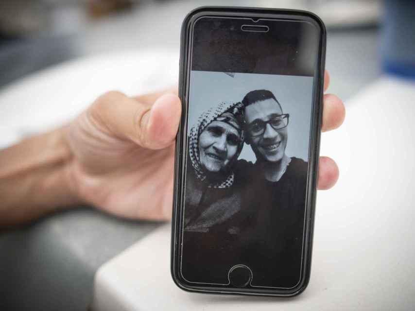 La abuela de Hicham falleció mientras él estaba preso. En la imagen, la señora aparece junto a otro de sus nietos.
