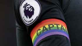 Un futbolista de la Premier League con un brazalete con la bandera LGTB durante el último Rainbow Laces