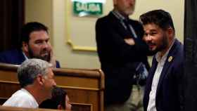 El portavoz de ERC, Gabriel Rufián, conversa con Oskar Matute, de Bildu.