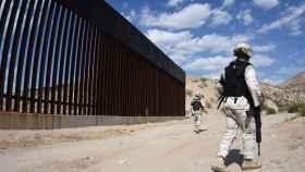 Agentes de la Guardia Nacional mexicana montan guardia en los márgenes del río Bravo.