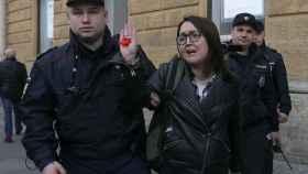 Yelena Grigoryeva siendo detenida en una marcha local de la comunidad LGTBI en abril de 2019.