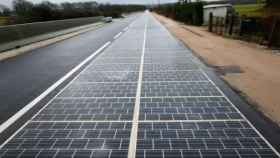 Carretera con paneles solares.