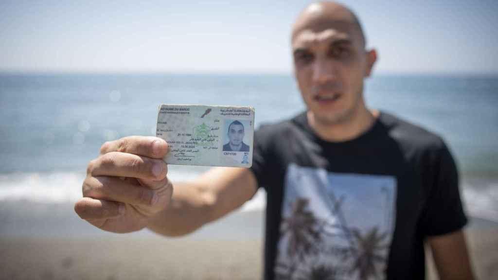 Hicham El Balloury, marroquí de 34 años, pagó 3.000 euros a unos narcotraficantes para cruzar el Estrecho.