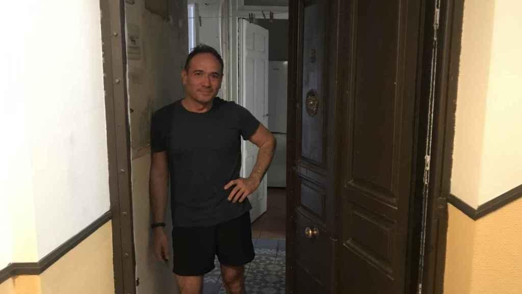 Javier Prada en la entrada de su casa, donde un sastre asesinó a su mujer y sus cinco hijos.