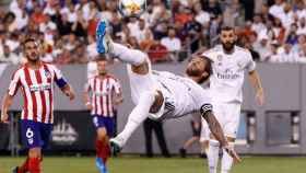 Sergio Ramos golpea al balón de chilena