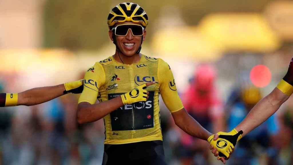 Bernal, tras cruzar la meta final del Tour de Francia en París.