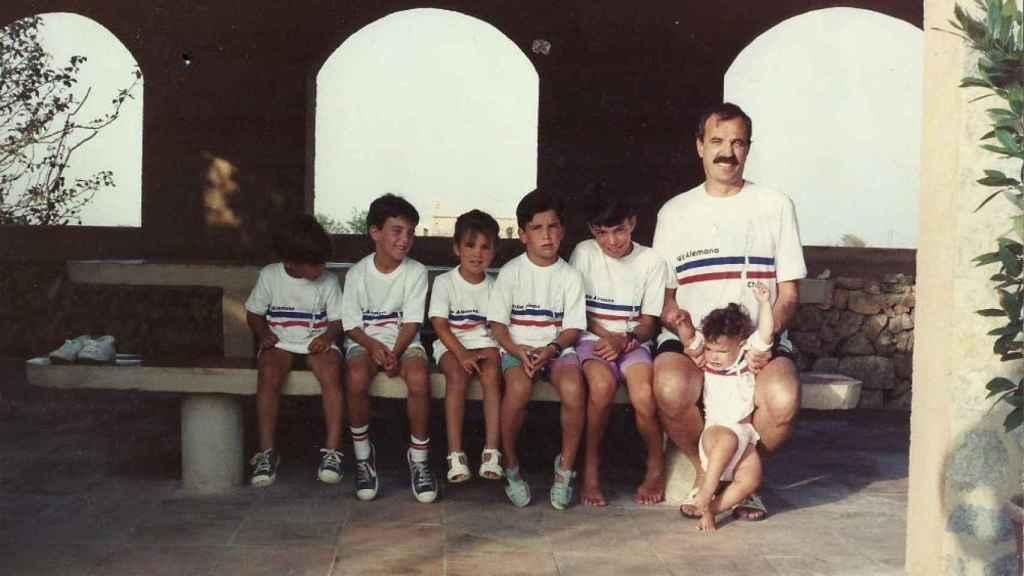Antonio Salvá, padre de familia, junto a sus hijos.