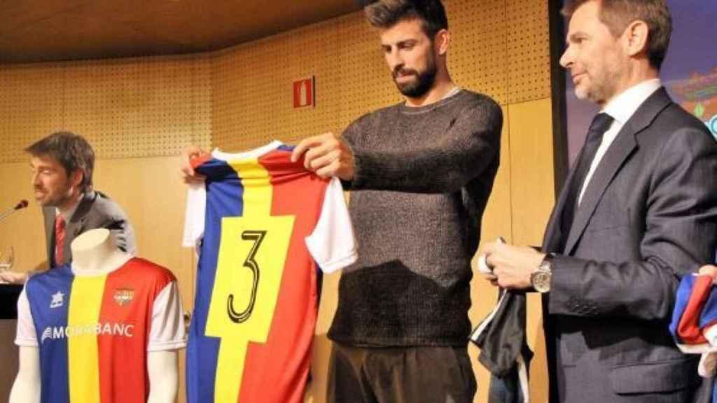 Piqué posa con la camiseta del Andorra