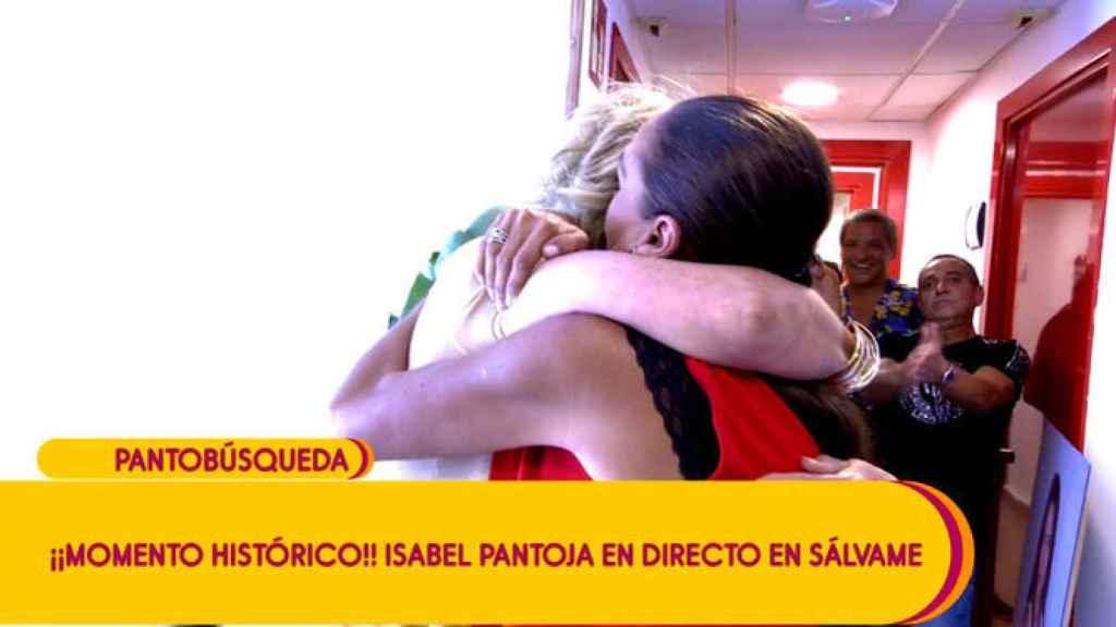 Mila Ximénez e Isabel Pantoja se abrazan en 'Sálvame'.