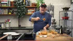 El chef José Andrés la lía de nuevo al preparar una tortilla de patata