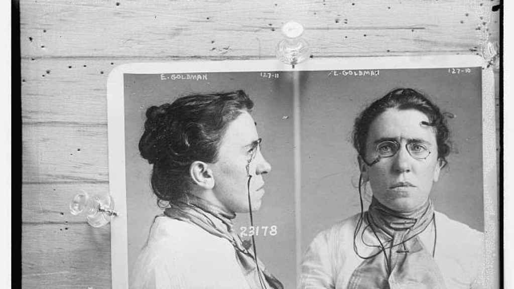 Fotografía de Emma Goldman arrestada por el asesinato del presidente William McKinley (1901).