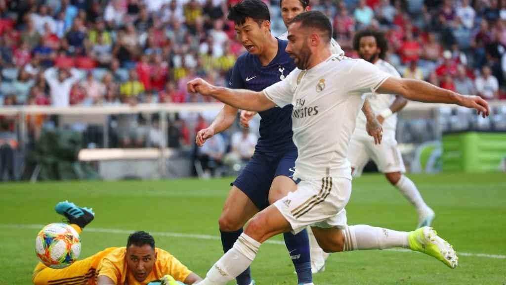 Carvajal intenta evitar que el balón entre en la portería del Real Madrid