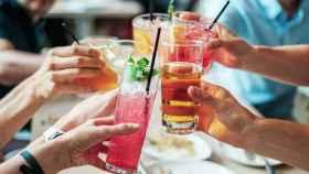 Amigos brindan con refrescos.