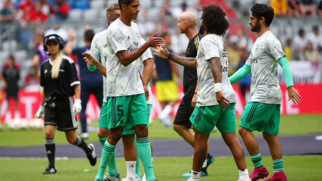 Varane, Marcelo e Isco calentando sobre el Allianz Arena