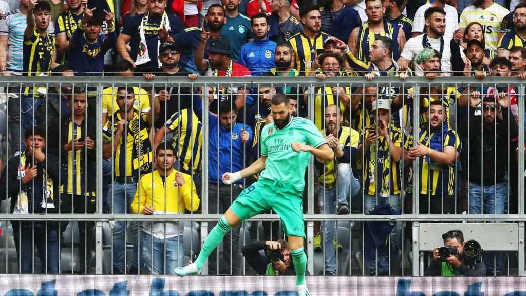 Karim Benzema celebra su gol al Fenerbahce